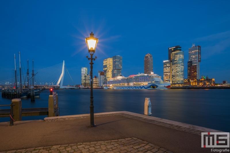 Te Koop | Het Aida Prima aan de Cruise Terminal in Rotterdam vanuit de Veerhaven