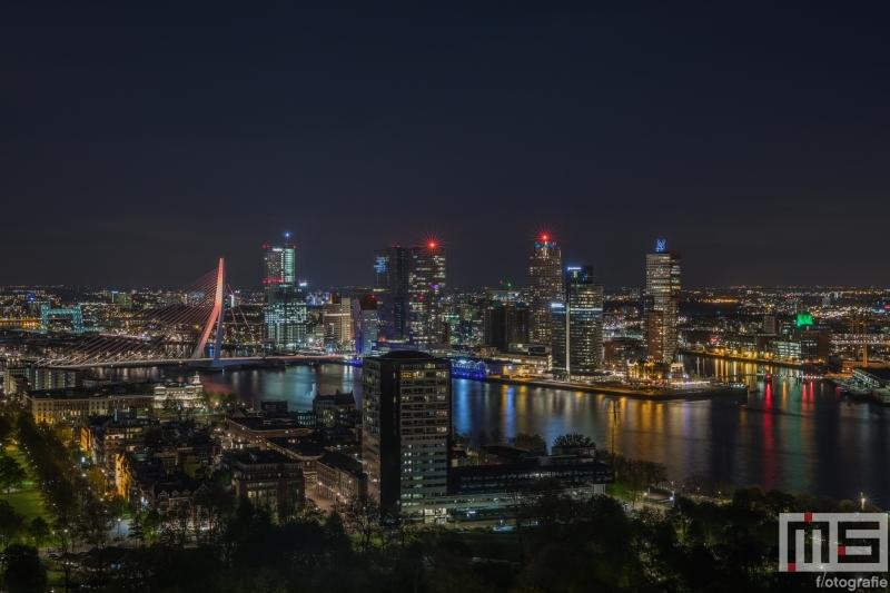De skyline van Rotterdam met de Erasmusbrug in oranje koningskleur