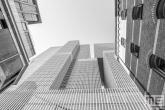 De Rotterdam en de oude pakhuizen op de Wilhelminapier in Rotterdam in zwart/wit