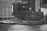Het zeilschip De Eendracht in Rotterdam in zwart/wit