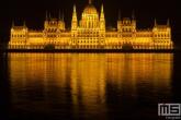 Het Hungarian Parliament gebouw aan het water in Budapest