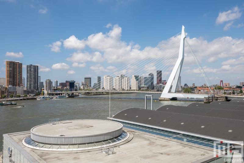 Het uitzicht op de Cruise Terminal Rotterdam en de Erasmusbrug in Rotterdam