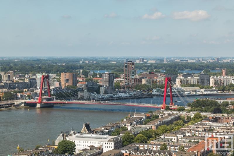 Het uitzicht op het Noordereiland en de Willemsbrug in Rotterdam