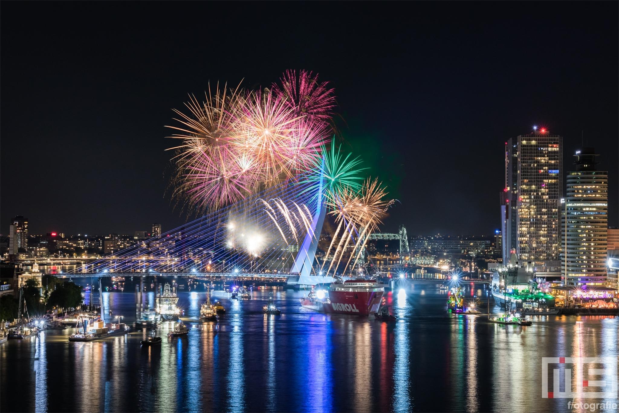 Te Koop | Het vuurwerk tijdens het avondprogramma van de Wereldhavendagen in Rotterdam met de Erasmusbrug