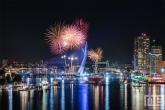 Het vuurwerk tijdens het avondprogramma van de Wereldhavendagen in Rotterdam met de Erasmusbrug