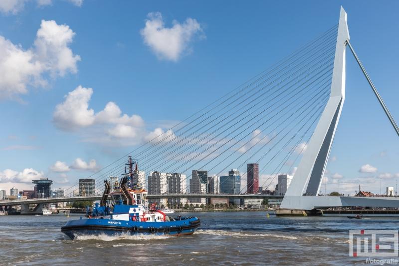 De sleepboot Faiplay XI met de Erasmusbrug in Rotterdam tijdens de Wereldhavendagen