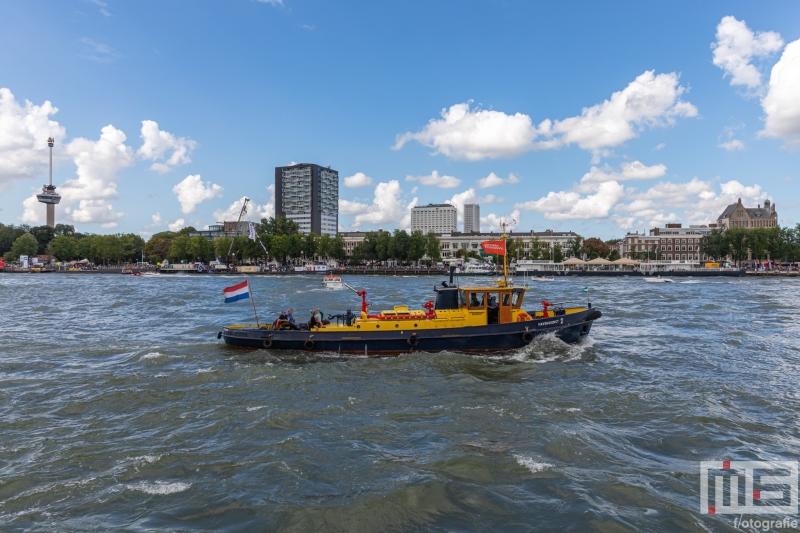 De Havendienst 2 met de Euromast in Rotterdam tijdens de Wereldhavendagen