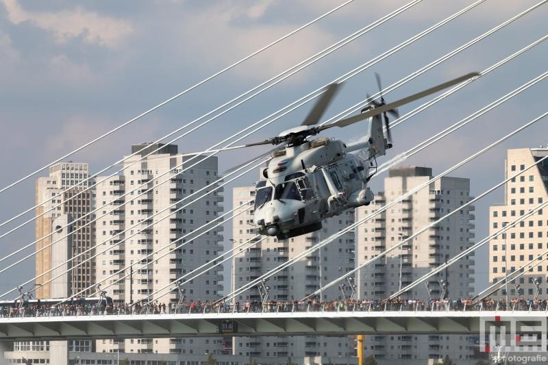 De demonstratie van de marine helikopter tijdens de Wereldhavendagen in Rotterdam
