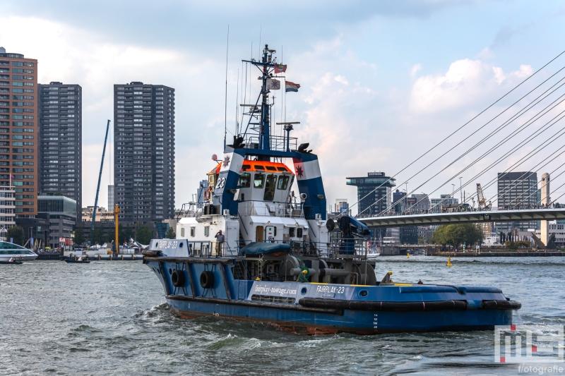 De sleepboot Faiplay28 met de Erasmusbrug in Rotterdam tijdens de Wereldhavendagen
