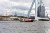 De sleepboot Union 7 van Kotug met de Erasmusbrug in Rotterdam tijdens de Wereldhavendagen