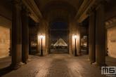 Te Koop | De zuilen en poort van het Louvre Museum in Parijs in nachtelijke uren