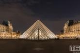 Te Koop | De piramide van het Louvre Museum in Parijs in nachtelijke uren