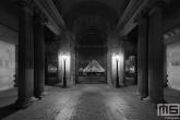 Te Koop | De zuilen en poort van het Louvre Museum in Parijs in nachtelijke uren in zwart/wit