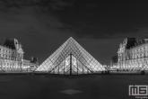 Te Koop | De piramide van het Louvre Museum in Parijs in nachtelijke uren in zwart/wit