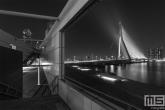 Te Koop | De Erasmusbrug omlijst in Rotterdam in zwart/wit