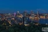 De skyline met de Erasmusbrug in Rotterdam in het paars voor Wereld Prematurendag