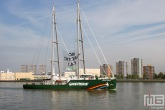 Het Greenpeace schip Rainbow Warrior in Rotterdam