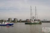 De havenpolitie P3 begeleid het Greenpeace schip Rainbow Warrior in Rotterdam