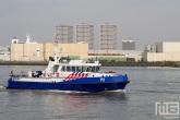 De havenpolitie P3 begeleid de Greenpeace schepen Esperanza en Rainbow Warrior in Rotterdam