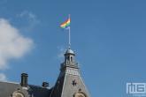De Regenboogvlag op het Stadhuis van Rotterdam