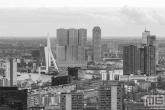 De skyline van Rotterdam met de Wilhelminapier en de Erasmusbrug