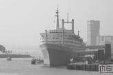 Het ss Rotterdam in Rotterdam Katendrecht in zwart/wit