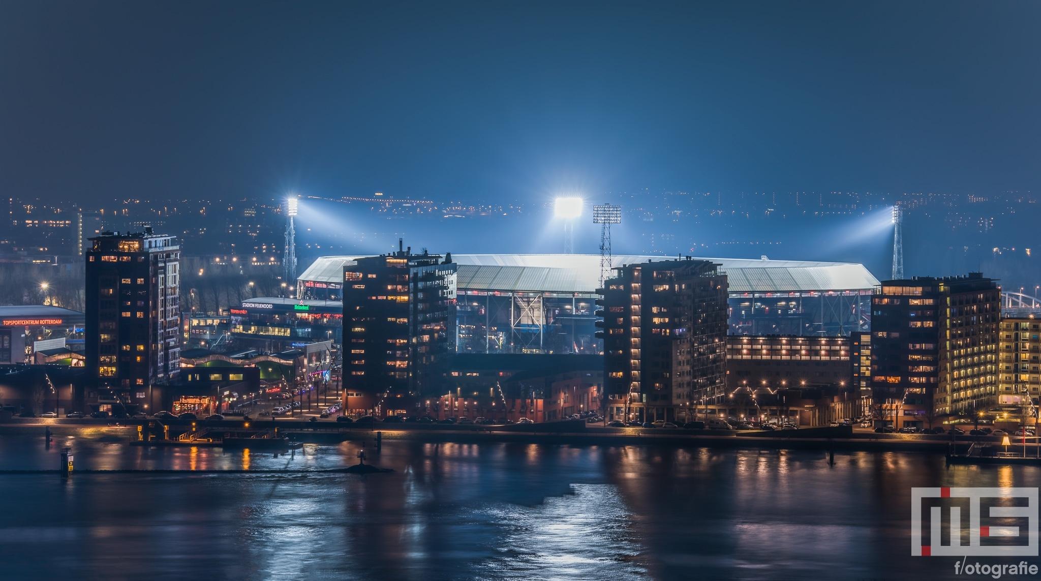 Te Koop | Het Feyenoord Stadion De Kuip in Rotterdam-Zuid tijdens het blauwe uurtje
