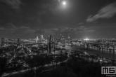 Te Koop | De skyline van Rotterdam met het Feyenoord Stadion De Kuip verlicht voor een speelavond in zwart/wit