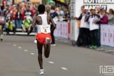 De loper Abera Kuma tijdens de NN Marathon Rotterdam op de Coolsingel in Rotterdam