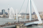 De start van de NN Marathon Rotterdam aan de voet van de Erasmusbrug in Rotterdam met de sierspuiters van het Havenbedrijf Rotterdam