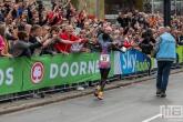 De loper Kenneth Kipkemoi tijdens de NN Marathon Rotterdam op de Coolsingel in Rotterdam