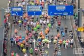 De lopers van de NN Marathon Rotterdam op het Wilhelminaplein in Rotterdam