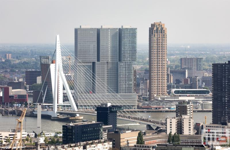 Te Koop | De skyline van Rotterdam met De Rotterdam en de Erasmusbrug