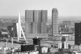 Te Koop | De skyline van Rotterdam met De Rotterdam en de Erasmusbrug in zwart/wit