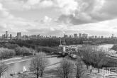 Te Koop | Het uitzicht op de skyline van Rotterdam vanuit de Van Nelle Fabriek in Delfshaven in zwart/wit