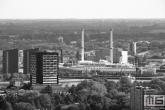 Het ss Rotterdam in Rotterdam Katendrecht met Atractiepark Rotterdam op de achtergrond in zwart/wit
