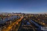 Een panorama van Rotterdam tijdens de zonsondergang