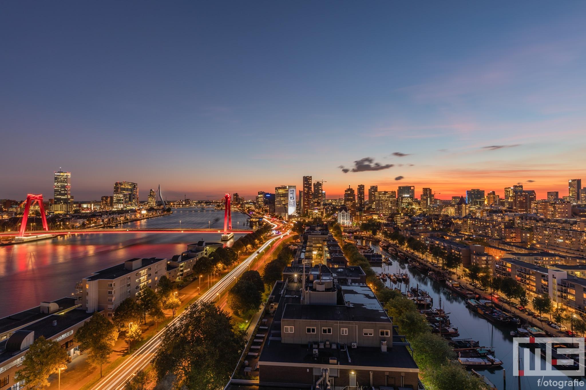 De zonsondergang in Rotterdam met uitzicht op de binnenstad
