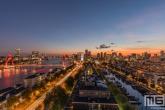 Te Koop | De zonsondergang in Rotterdam met uitzicht op de binnenstad