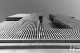 Het gebouw De Rotterdam op de Wilhelminapier in Rotterdam in zwart/wit