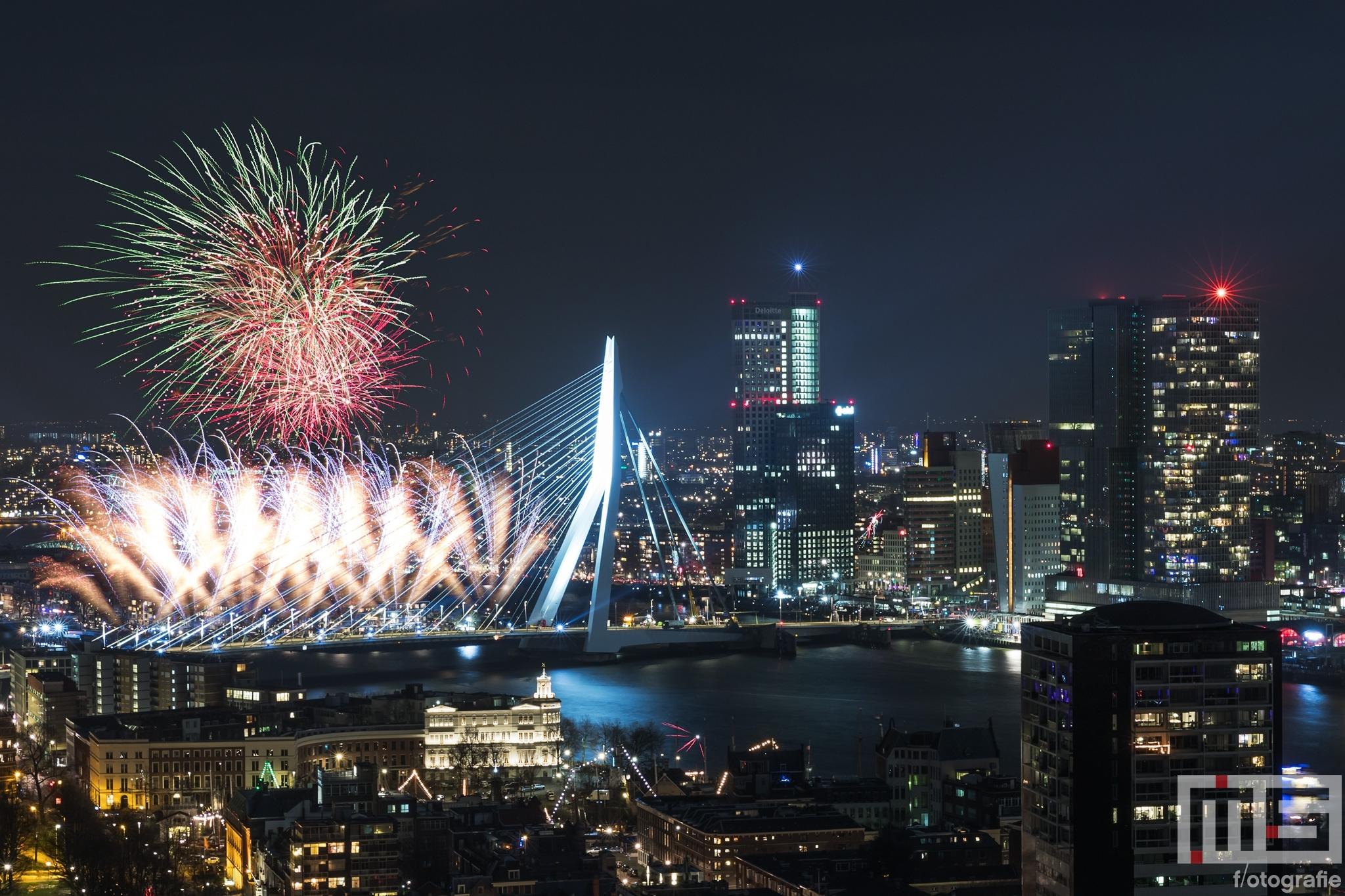 Te Koop | Het Nationale Vuurwerk bij de Erasmusbrug in Rotterdam tijdens Oud en Nieuw 2018