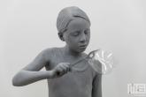 Een schitterend realistisch beeld van een meisje met een bellenblaas