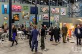 Een kunstmuur in de grote hal van het Van Nelle Fabriek in Rotterdam tijdens Art Rotterdam