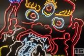 Een neonverlichte draak tijdens Art Rotterdam in de Van Nelle Fabriek in Rotterdam