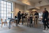 Abstrakte meubelserie in het HAKA-gebouw in Rotterdam tijdens Art Rotterdam