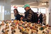 Speelgoedtreintjes en auto's in alle kleuren in het HAKA-gebouw in Rotterdam tijdens Art Rotterdam