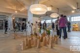 Een grote serie vazen door Margriet Foolen in het HAKA-gebouw in Rotterdam tijdens Art Rotterdam