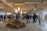 Een grote serie borden en ander serviesgoed in het HAKA-gebouw in Rotterdam tijdens Art Rotterdam