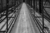 Een pad tussen de stellingen uitgevoerd in zwart/wit tijdens Art Rotterdam in de Van Nelle Fabriek in Rotterdam