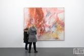 Een schilderij met bezoekers in het Witte de With Center for Contemporary Art in Rotterdam tijdens Museumnacht010
